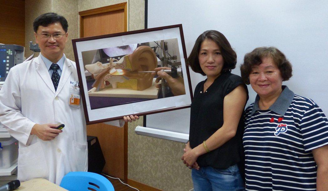 胡雅莉(中)、劉黃金英(右)都因中耳內視鏡微創手術解決長年以來的聽力困擾,重新清...