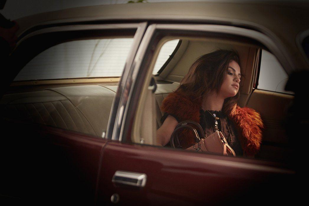 瑟琳娜戈梅茲在Rogue手袋拍攝中詮釋美式復古氛圍。圖/COACH提供