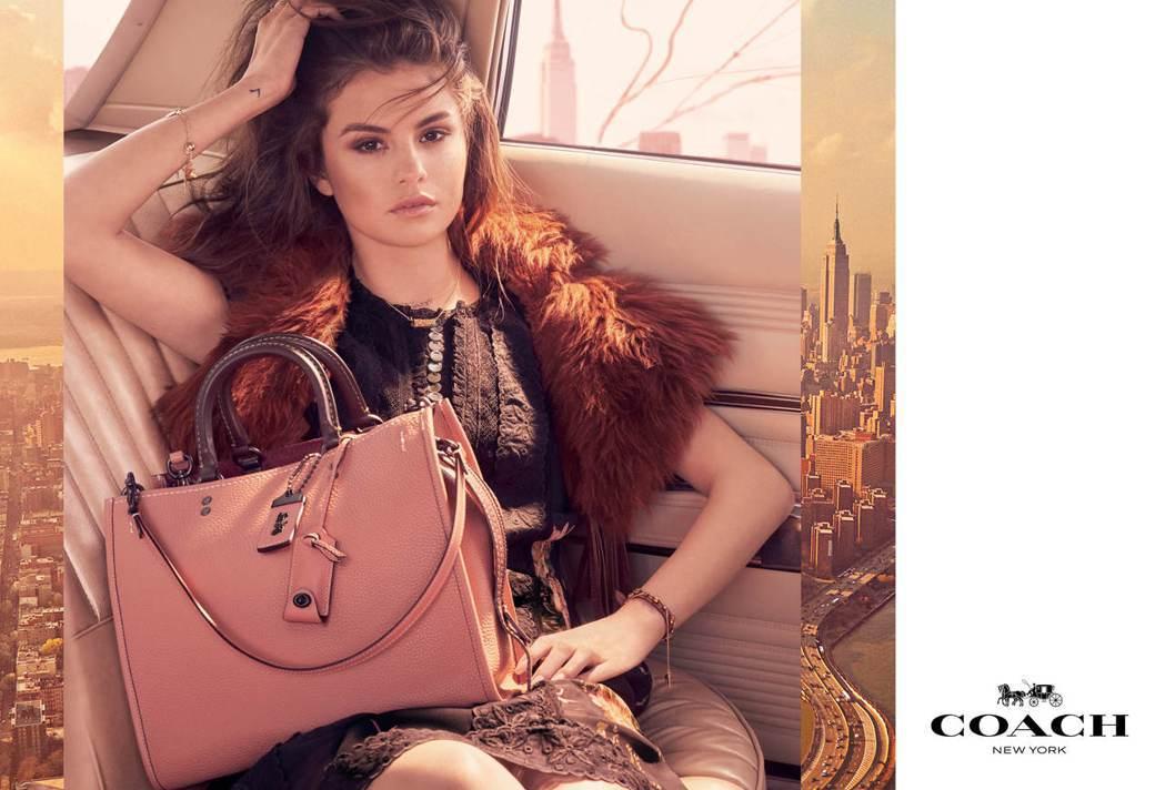 Rogue系列形象廣告呈現瑟琳娜戈梅茲的慵懶,蕾絲洋裝32,800元、Rogue...