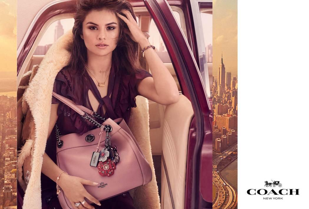 瑟琳娜戈梅茲在Edie手袋形象廣告中展現巨星的迷離眼神,翻皮羊毛夾克售價98,8...
