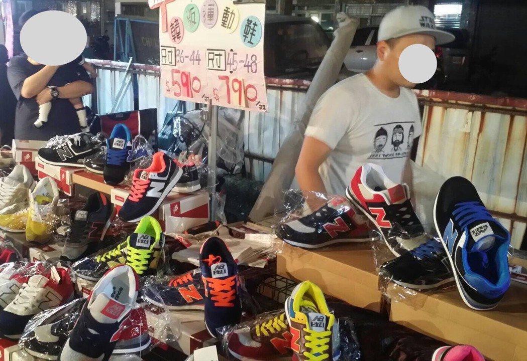 攤商在夜市販售仿冒球鞋。記者劉星君/翻攝