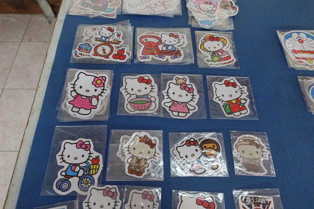 販售仿冒Hello Kitty防水貼紙,成本低廉1元,一張賣30元。記者劉星君/...