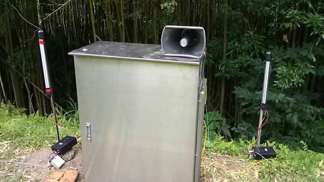 農委會桃園農改場研發的驅猴預警裝置,可順利驅猴。圖/農委會提供