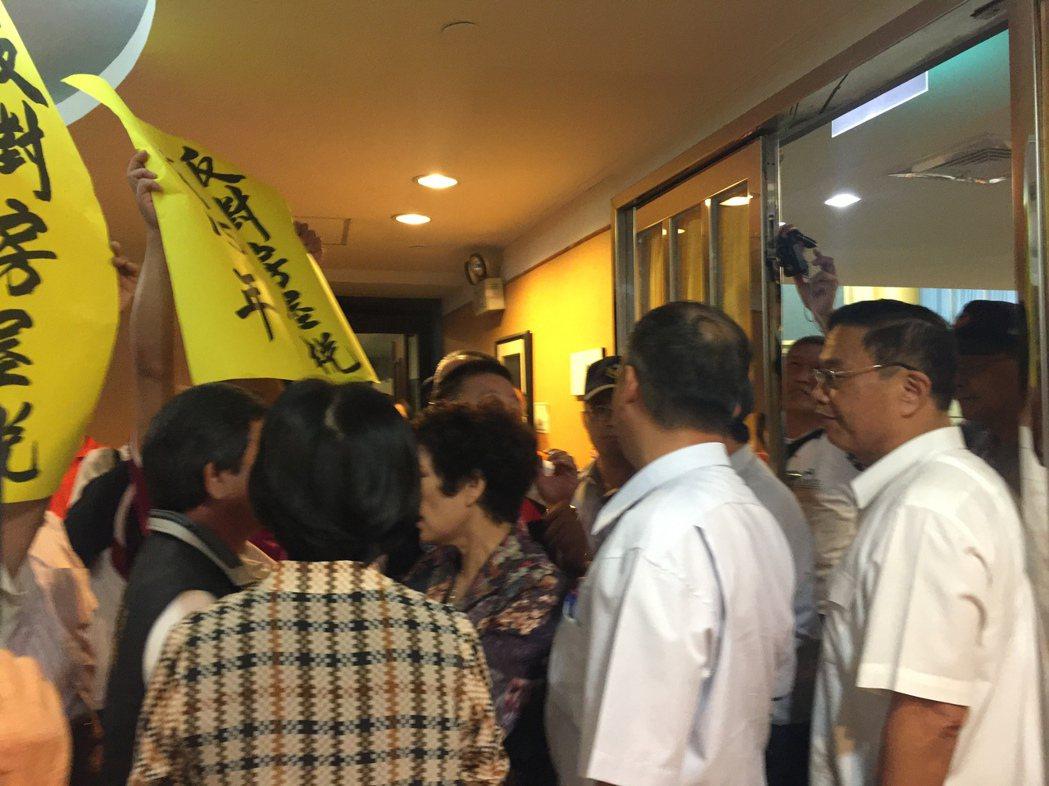 不滿民眾欲衝進台南市議會議場,市警察局長黃宗仁(右一)擋在門口。記者唐秀麗/攝影