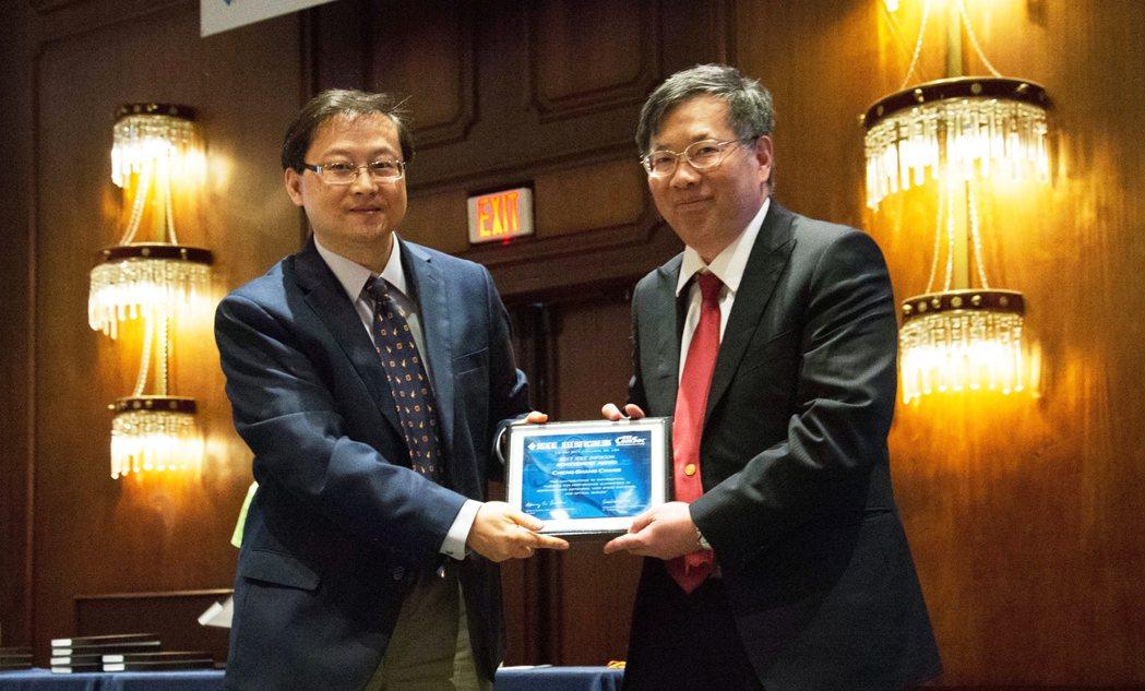 IEEE INFOCOM 指導委員會主席暨IEEE學會會士Tom Hou(左)頒...