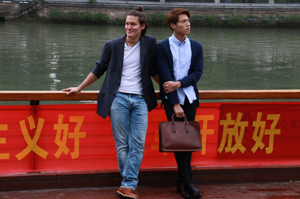周厚安(左)在「偽婚男女」與唐振剛是一對同志情侶。圖/Vidol提供