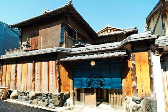 日式和風建築星巴克六月底開幕,連招牌都改用印有星巴克標誌的藏青色門簾。圖/翻攝自...