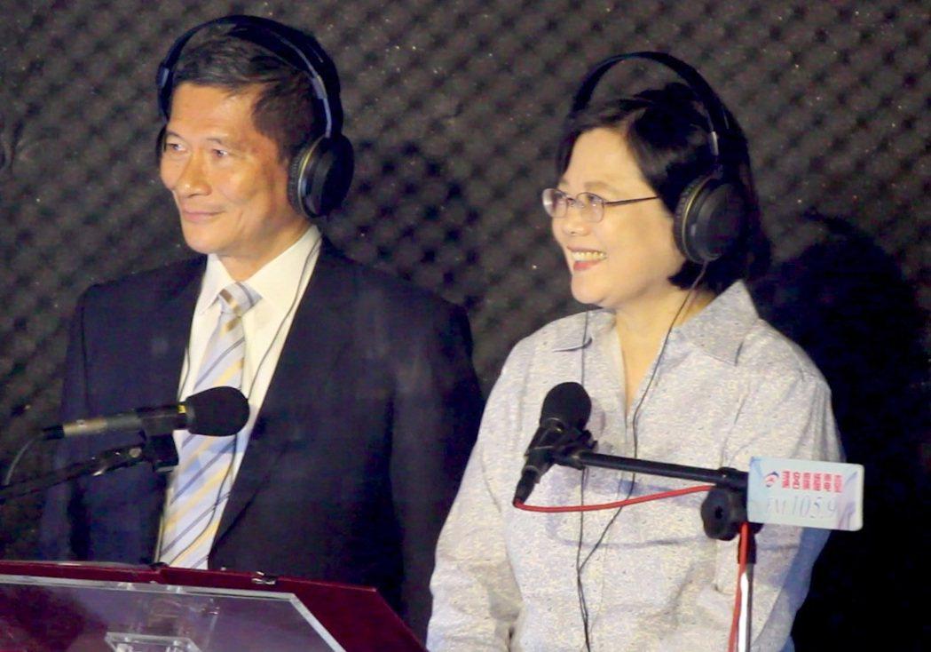 總統蔡英文(右)與客委會主委李永得(左)一同在講客電台的open studio宣...