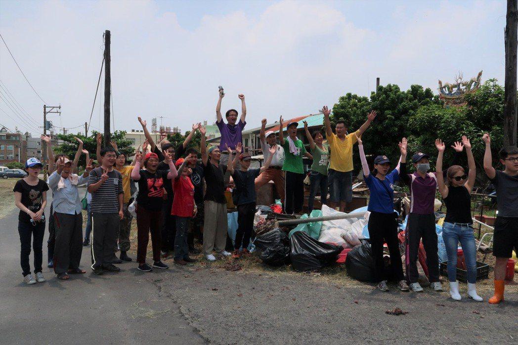 海青青弘會號召70志工為兩位獨居老人修屋,志工透過網路號召,從各地趕來。記者翁禎...