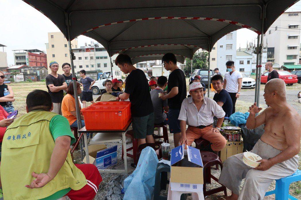 來自各地的志工除了幫忙修屋,還陪陳爺爺吃飯聊天。記者翁禎霞/攝影