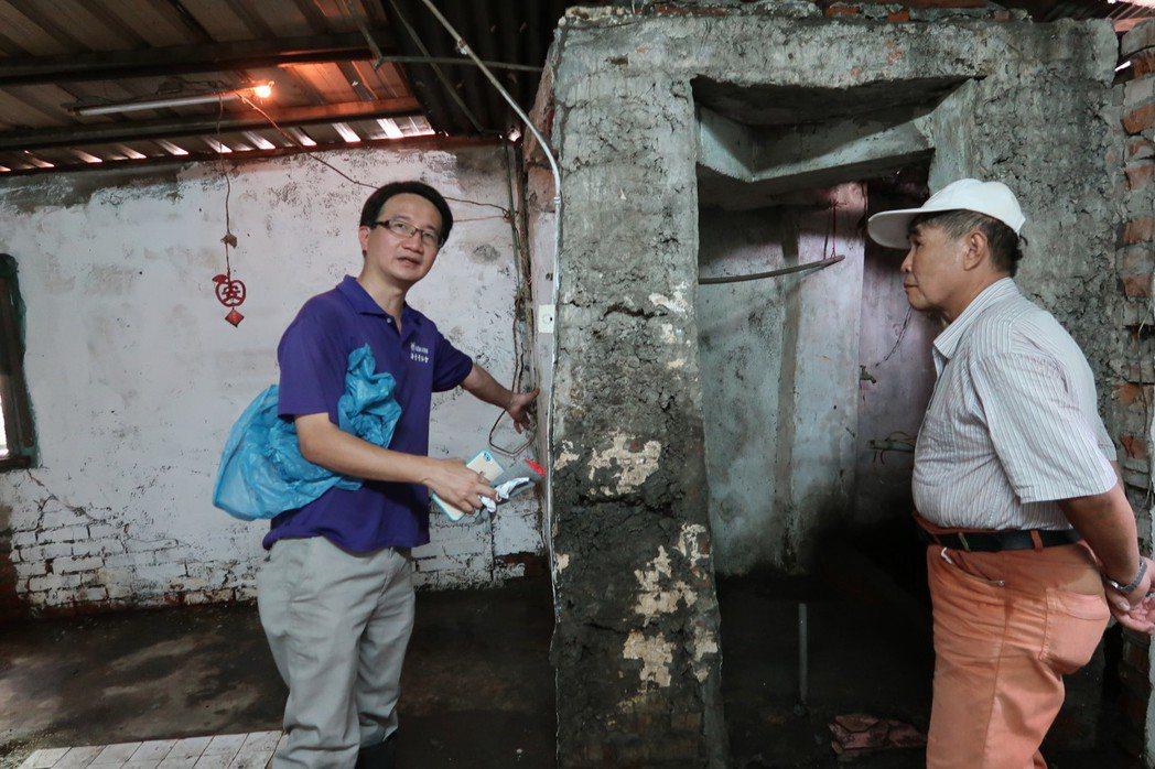 在志工的協助下,陳爺爺的家預計3周後可完成修繕。記者翁禎霞/攝影