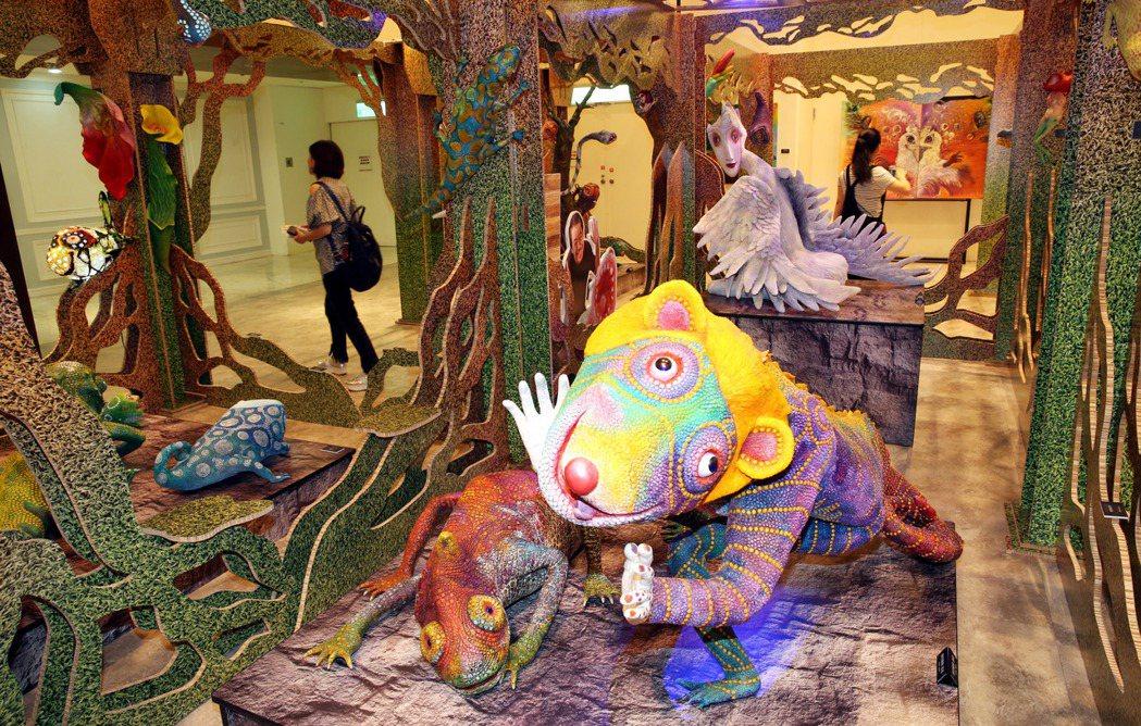 新光三越「這夏動物趴趴走,野生動物花園聯展」展覽,藝術家許自貴作品。記者林俊良/...