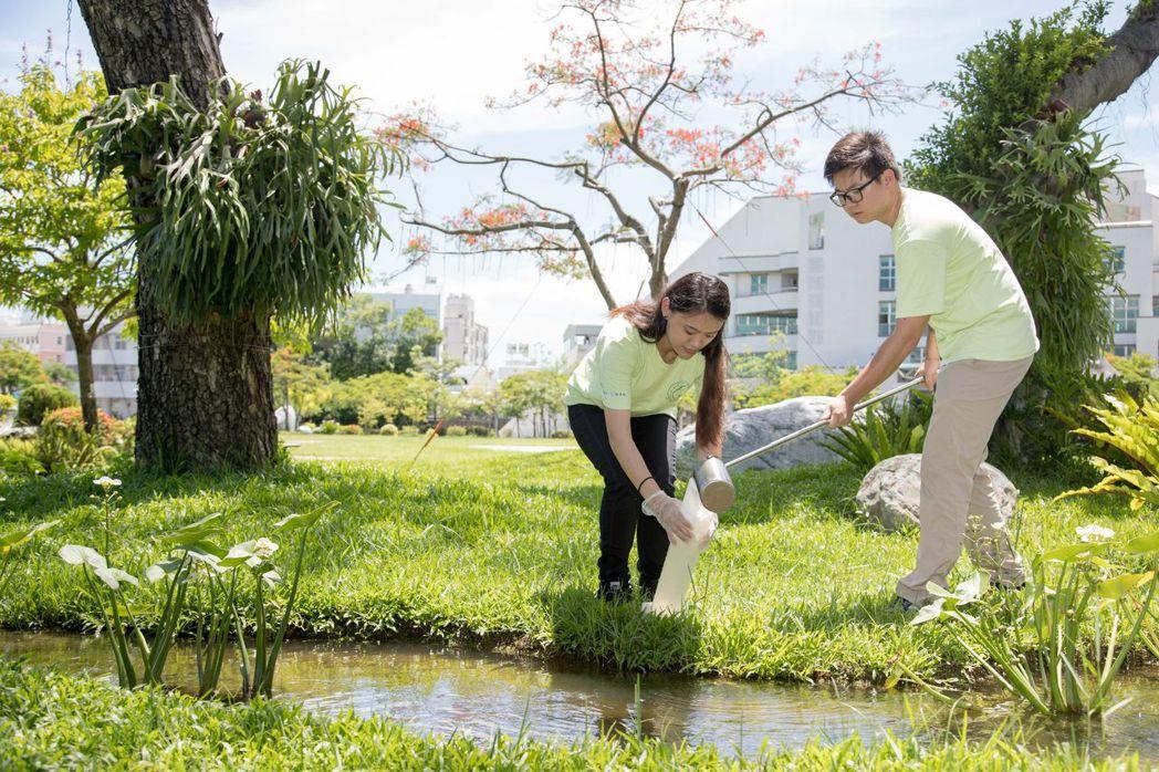 環管系志工團學生實習水質採樣檢測。圖/嘉大提供