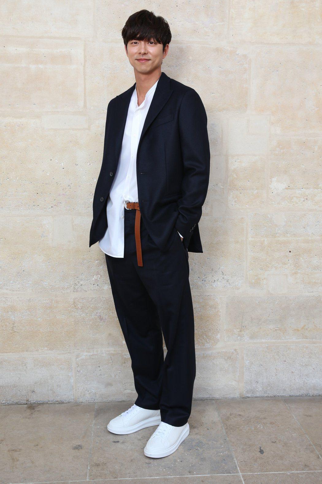 孔劉以未完成的優雅隨性風格,出席路易威登2018春夏男裝大秀。圖/LV提供