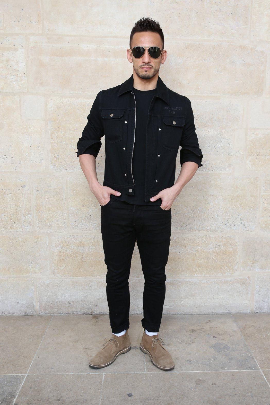 中田英壽以黑色系的簡約裝束前往巴黎觀賞路易威登大秀。圖/LV提供