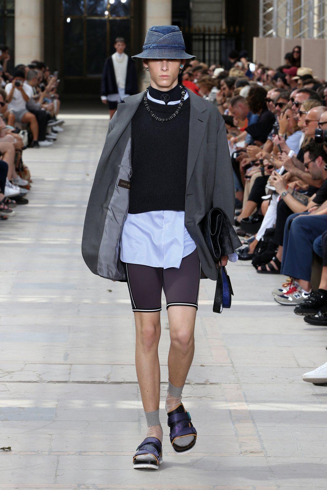 寬鬆剪裁的休閒服搭襯合身運動服,形成材質與調性的雙重對比。圖/LV提供