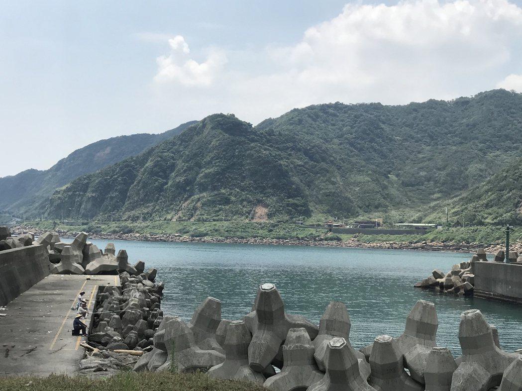 大武崙漁港航道可釣魚,漁船絞進釣線時有所聞。記者吳淑君/攝影
