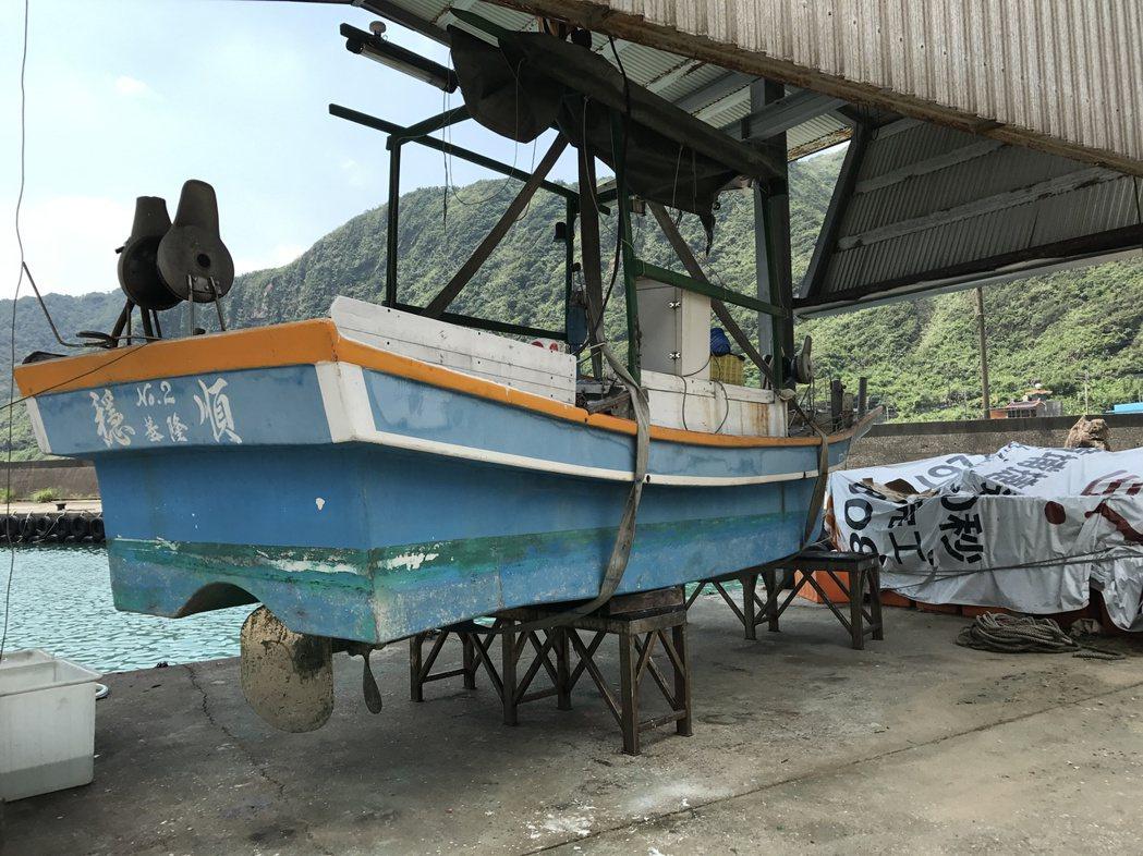張國賢的漁船必須上架,拆開軸心清理維修。記者吳淑君/攝影