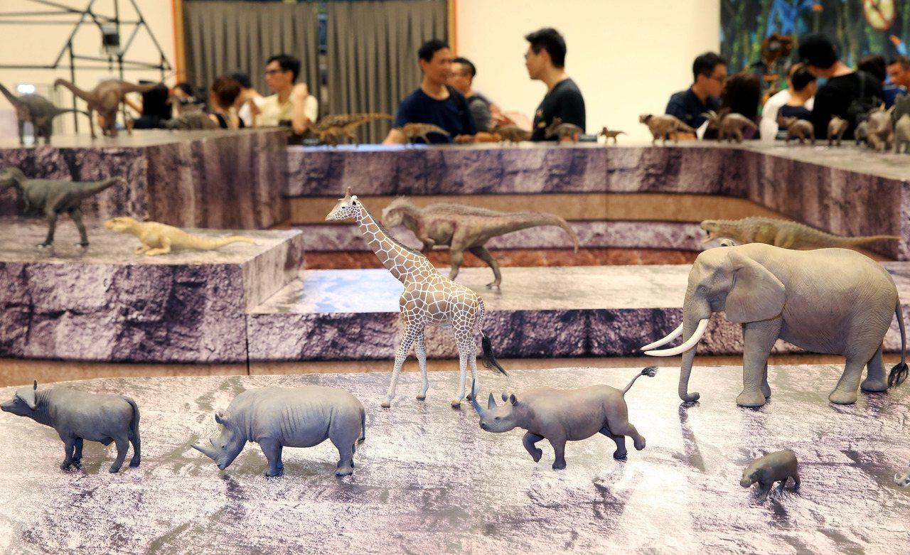 藝術家盧楓山忠實的呈現動物自然體態。記者林俊良/攝影