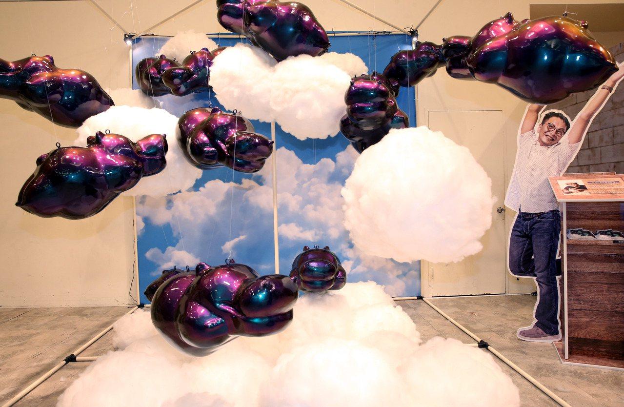 藝術家陳奕彰讓充氣河馬飛向雲端。記者林俊良/攝影