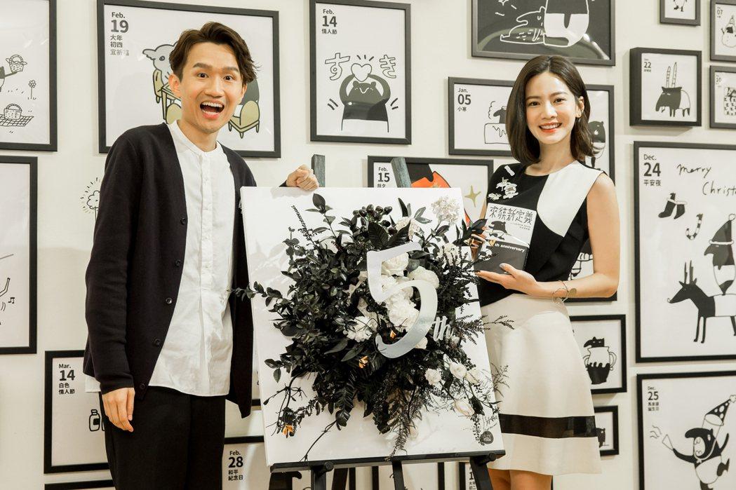 曾之喬(右)參觀插畫家Cherng創作5週年個展。圖/誠品提供