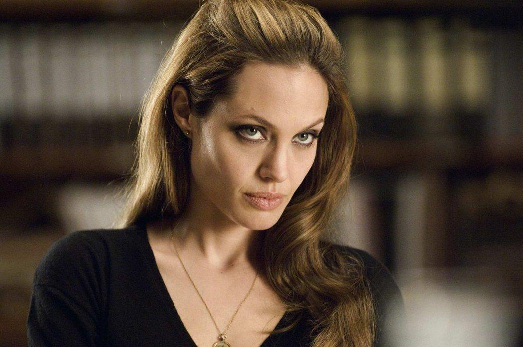 安琪莉娜裘莉對於加入「闇黑宇宙」,態度並沒很積極。圖/摘自imdb