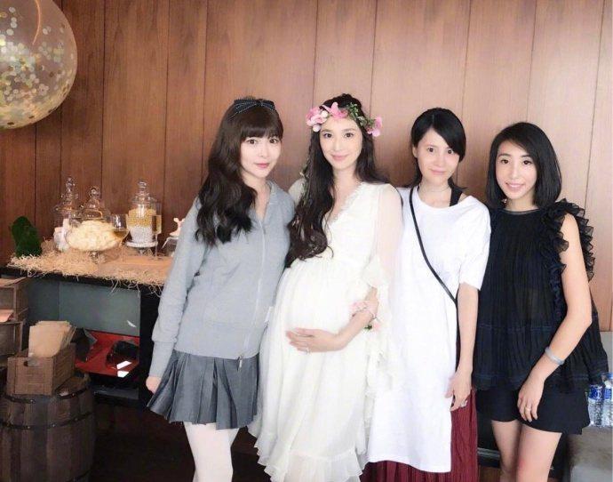 吳佩慈(左二)今年八月就要生下第三胎,手腳仍纖細。圖/摘自悠然米拉微博