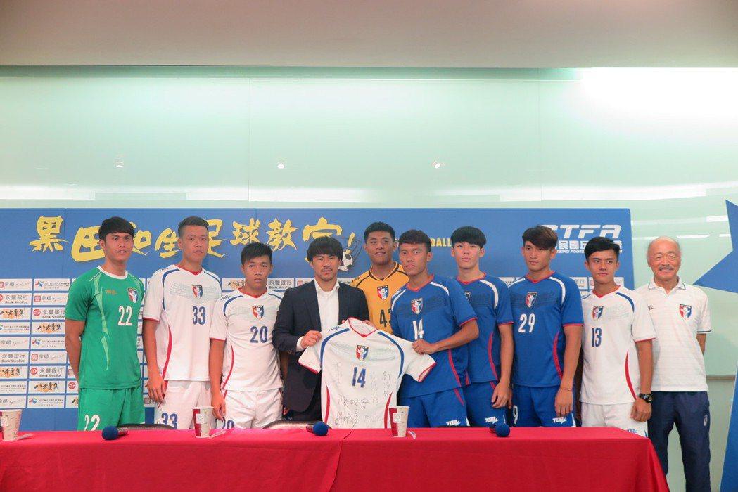 中華男足選手致贈球衣給岡崎慎司(左四)。記者毛琬婷/攝影。
