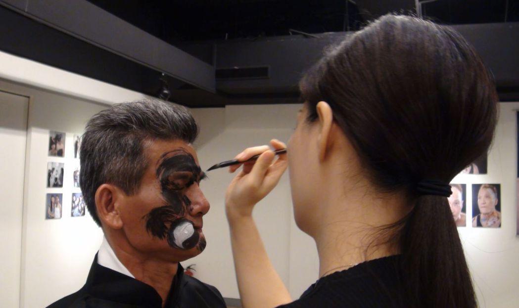 彩繪師馬家駒(右) 將顏損者余宥朋臉上的疤痕彩繪為「太極龍」。記者楊濡嘉/攝影