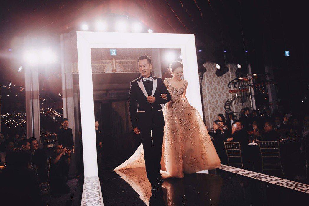 安以軒與澳門德晉集團CEO陳榮煉婚宴台北場,甜蜜入場。圖/安以軒工作室提供