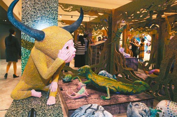 新光三越「這夏動物趴趴走,野生動物花園聯展」,藝術家許自貴作品。 記者林俊良/攝...