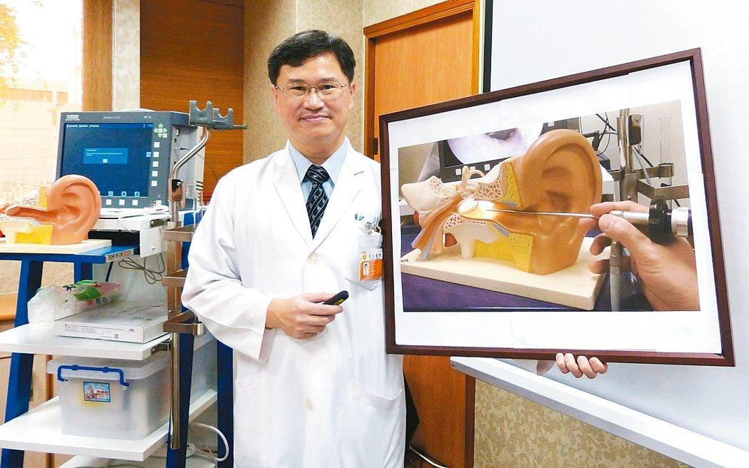 彰化縣員生醫院耳鼻喉科主任周大元以中耳內視鏡微創手術,成功讓病患恢復聽力。 記者...