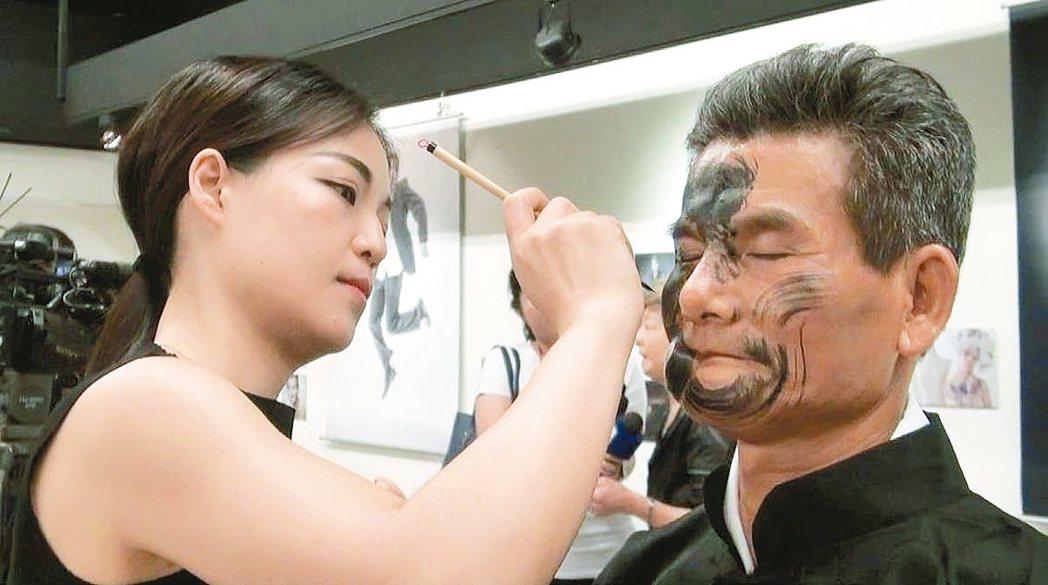 彩繪師馬家駒(左)與因口腔癌手術顏面改變的余宥朋溝通後,以余的疤痕為中心彩繪太極...