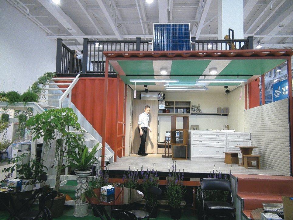 一只貨櫃打造的居家環境, 麻雀雖小五臟俱全,還架設太陽能光電板。 記者謝梅芬/攝...