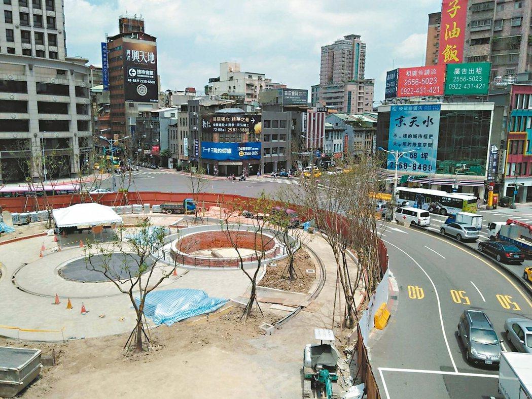 建成圓環年初拆除,公園處正進行公園改建工程。 記者莊琇閔/攝影