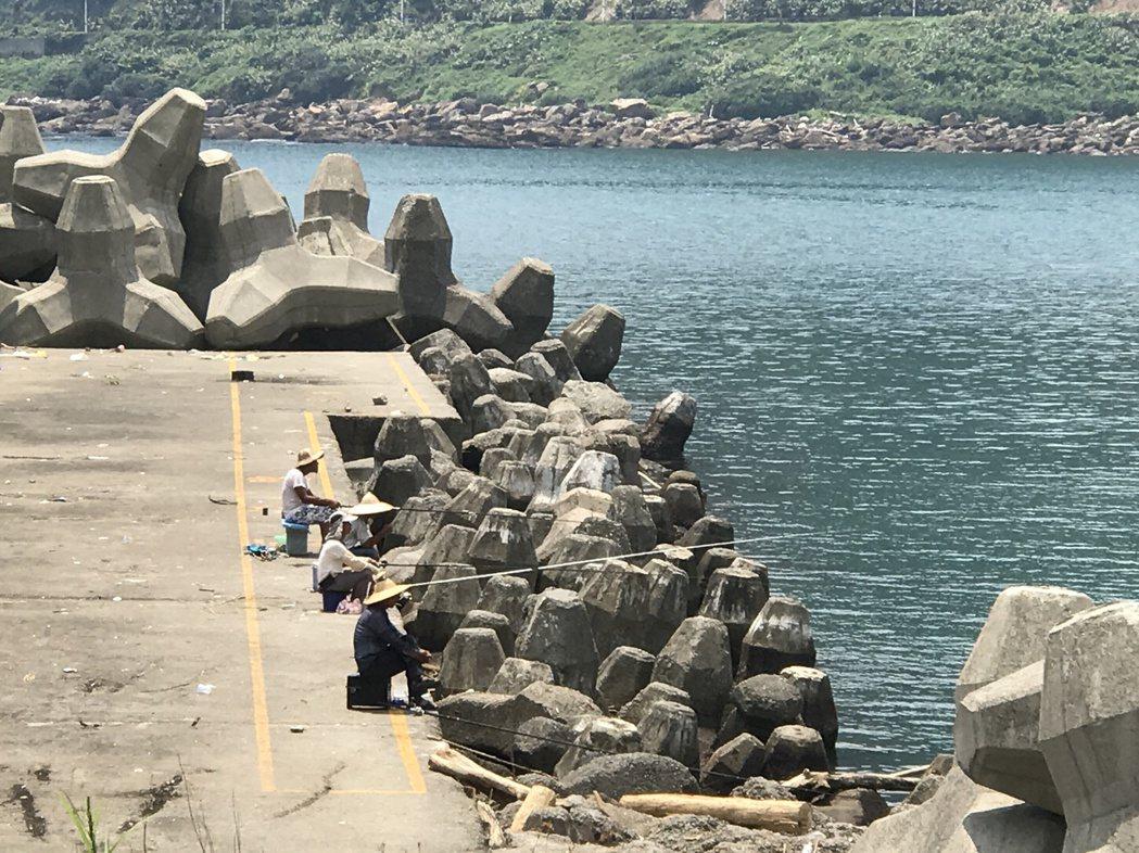 基隆大武崙漁港航道旁開放釣魚,引起漁民不滿。 記者吳淑君/攝影