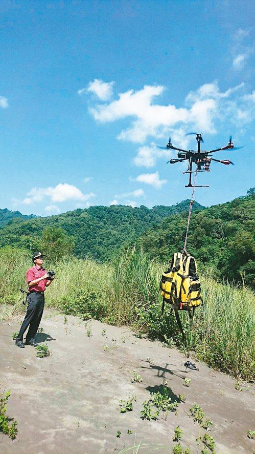 新竹縣消防局第二大隊首次利用空拍機,20秒內就能將救生衣送至對岸的待救者手中。 ...