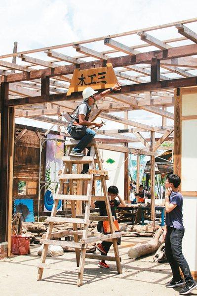 桃園至善高中木工家具科畢業生,打造「木工三」木工場房,讓學弟妹繼續完成。 記者許...