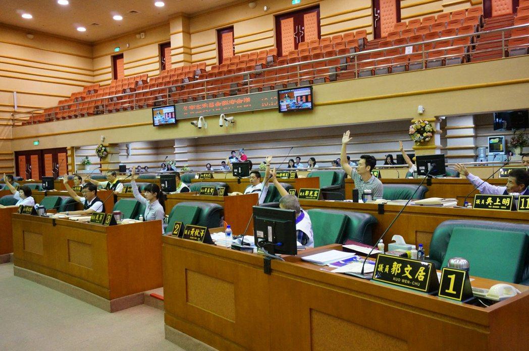 11名議員反對通過追加北棟大樓促參案的前置作業費地方配合款。 記者林伯驊/攝影