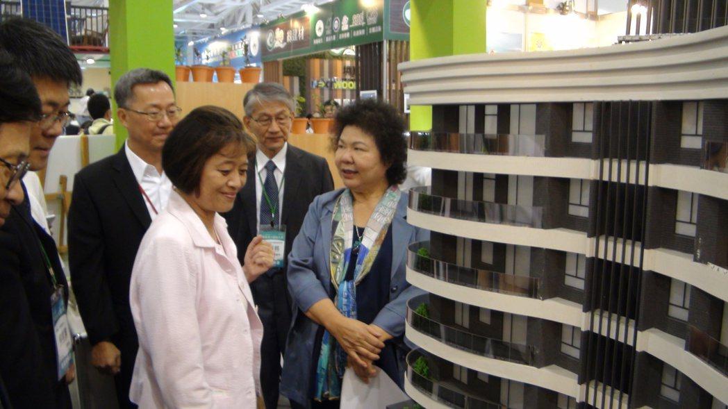 高雄市長陳菊(右一)參觀高雄厝主題館。 記者謝梅芬/攝影