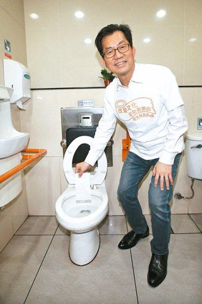 環保署長李應元昨宣布將推動廁所「不濕」、「不髒」、「不臭」的三不運動。 記者蘇健...