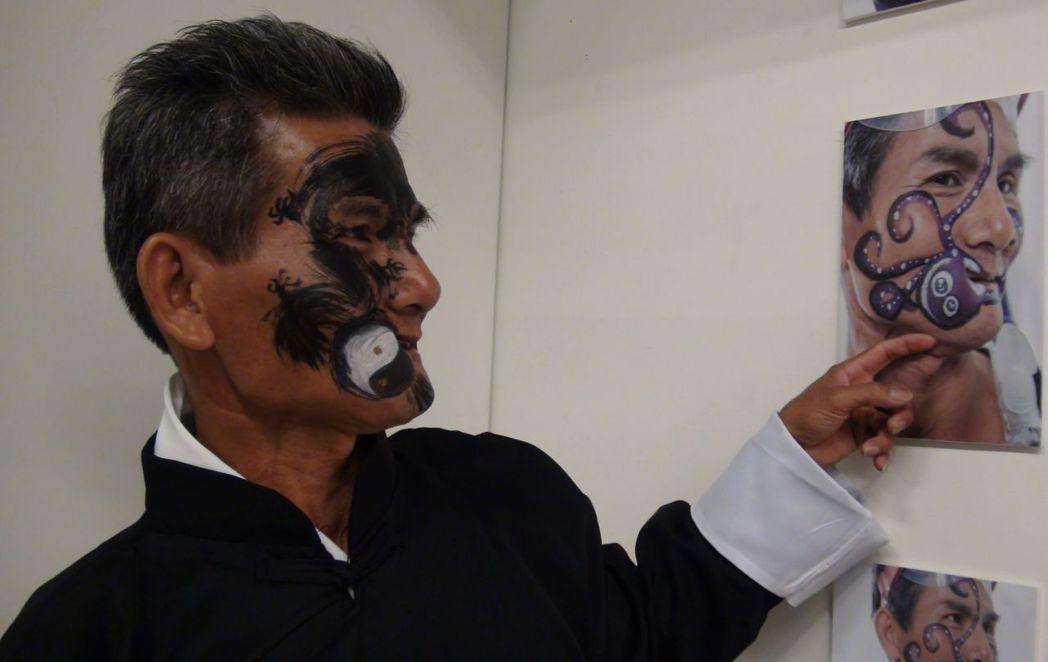 因口腔癌動多次手術的余宥朋,臉上疤痕被彩繪師創作為章魚圖案,他沒有洗掉,直接搭高...