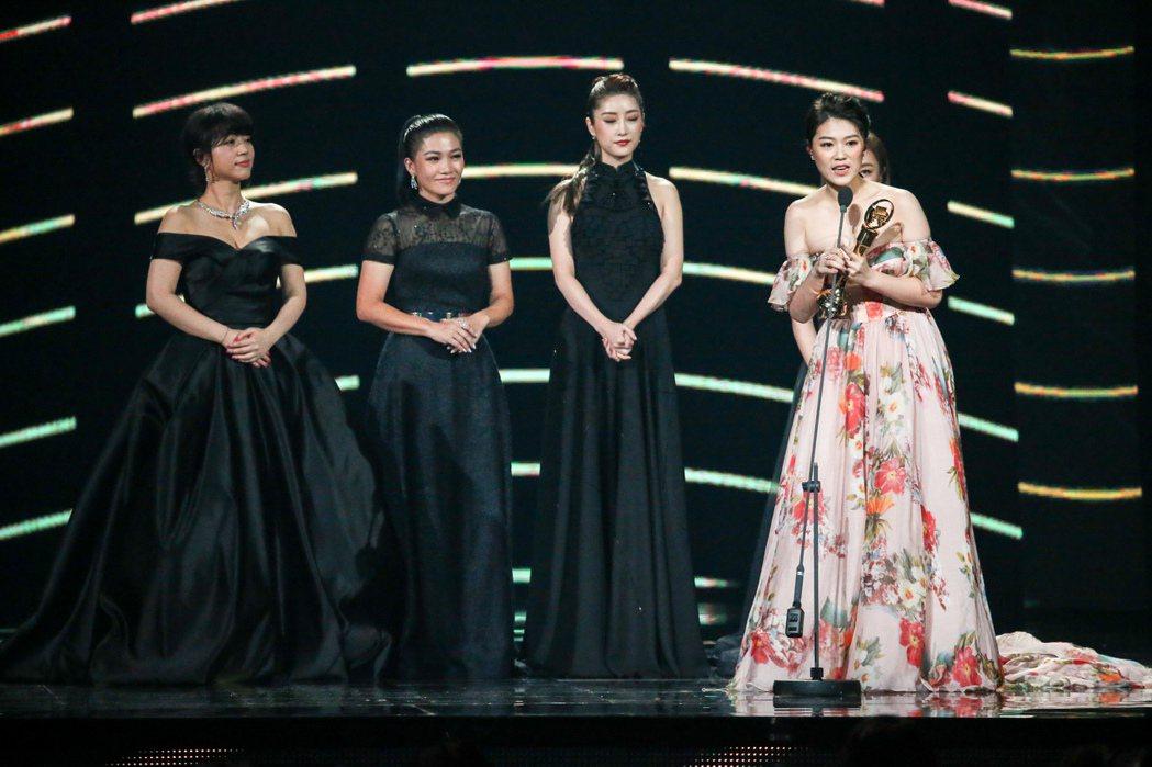 曹雅雯(右一)獲得最佳台語女歌手獎。記者陳立凱/攝影