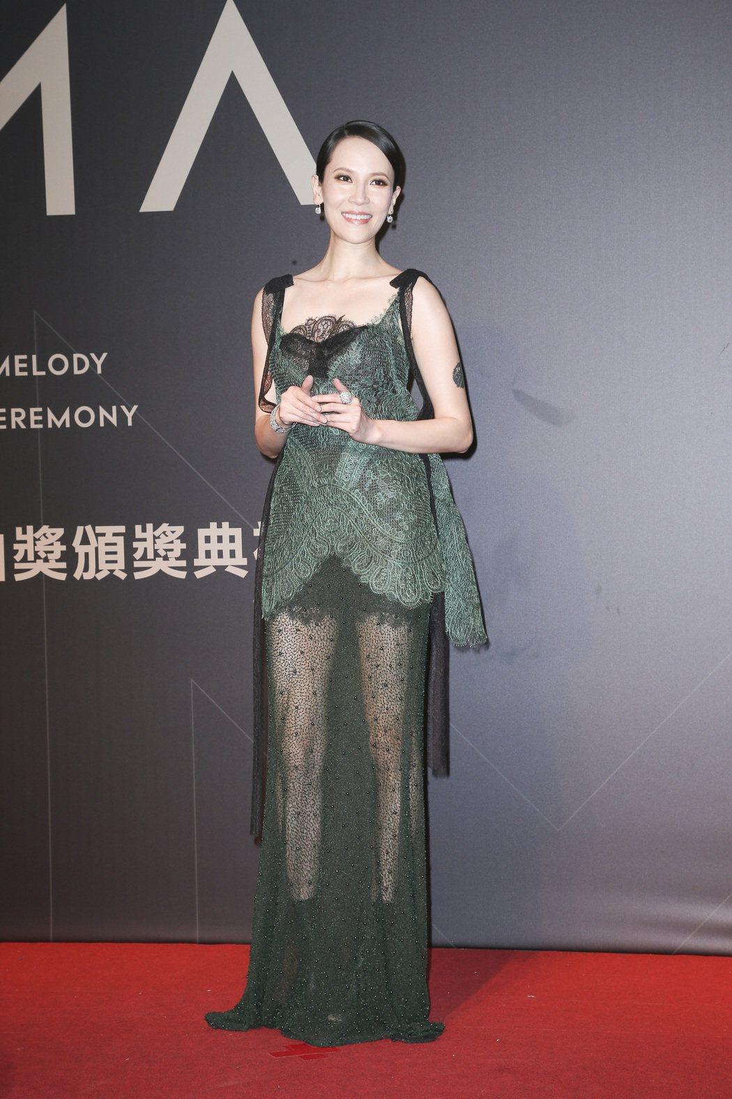 女星靠入圍最佳女歌手的楊乃文以一襲Yolan Cris蕾絲禮服性感突圍。記者陳立...