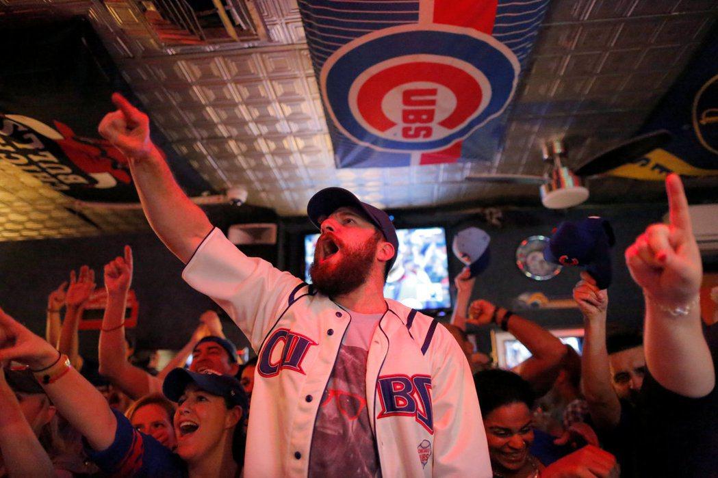 紐約曼哈坦一間運動酒吧,球迷們在店內盡情嘶吼,為球員歡呼。 (路透)