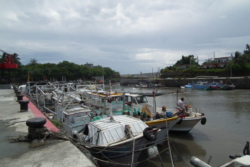 九鵬基地實施漢光火砲射擊時,大武漁港內的作業船隻都需暫停出海。 記者尤聰光/攝影