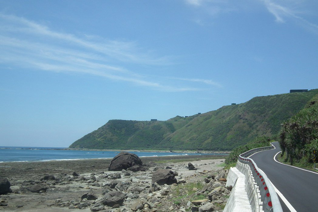 屏東九鵬基地是國內最大的導彈研發試射場,位在山區的基地捱著太平洋,山頭稜線可見偽...
