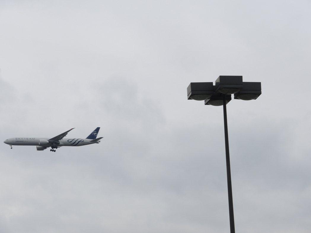 噪音來源不只來自地面,密集起降的飛機,也讓紐約人受不了。 本報系資料照片