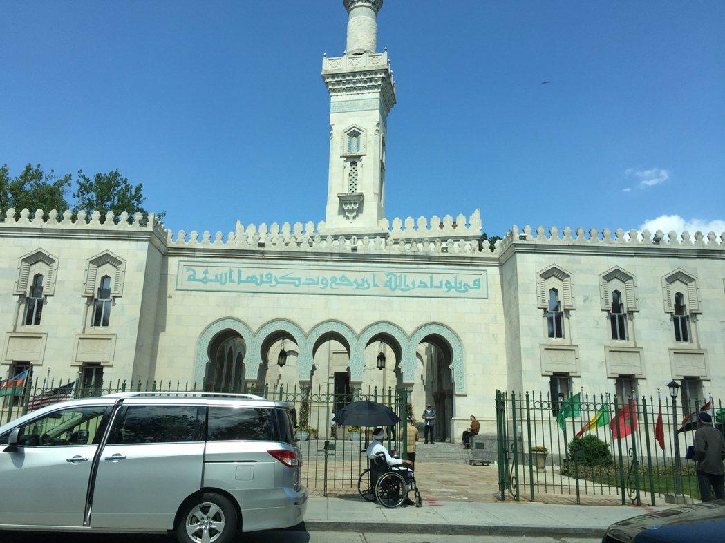 伊凡卡家拐角處的麻省大道的清真寺。(特派員許惠敏/攝影)