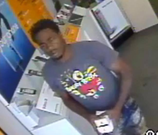芝加哥麥克金利公園社區內一手機店發生大規模劫案,警方對圖中男子進行通緝。(取自芝...